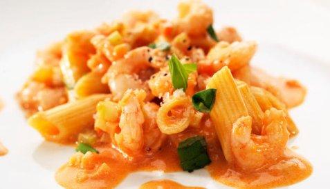 Pasta med reker, tomater og crème fraiche oppskrift.