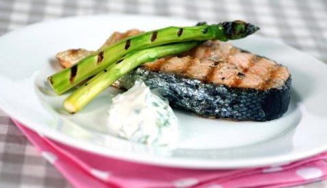 Grillet laks med asparges og urterømme oppskrift.