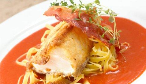 Bilde av Stekt skrei med serranoskinke, tomatsaus og pasta.