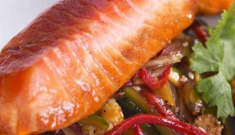 Ørret med wokgrønnsaker oppskrift.