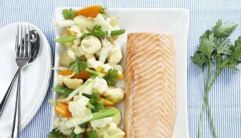 Bilde av Bakt laksefilet med potet- og gr�nnsaksalat.