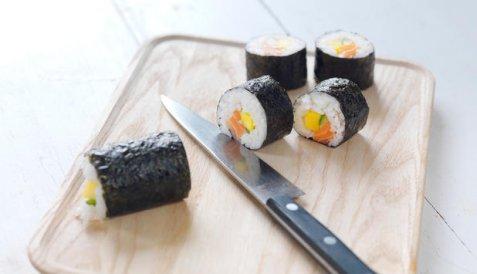 Maki sushi med laks oppskrift.