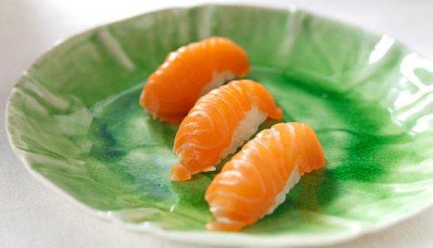 Nigiri sushi med laks oppskrift.