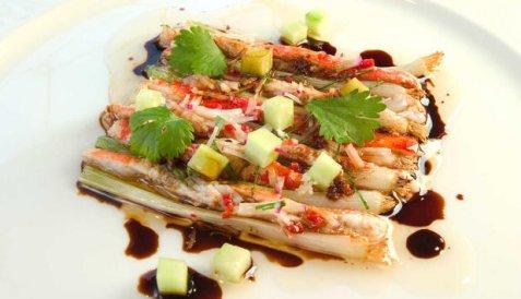 Varm kongekrabbe med hvitløk, soya og vårløk oppskrift.