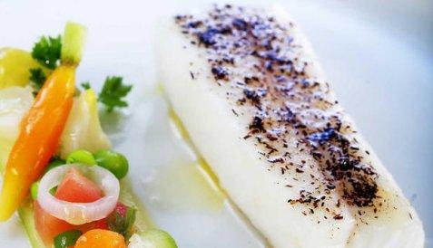 Bilde av Bakt kveite med agurksalat.