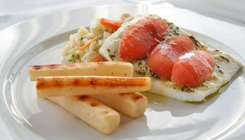 Kveite bakt i ovn med risotto og tomater oppskrift.