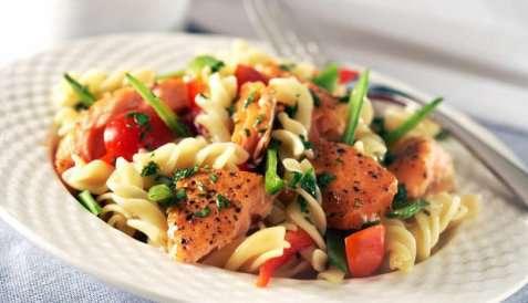 Varmrøykt laks med pastasalat oppskrift.