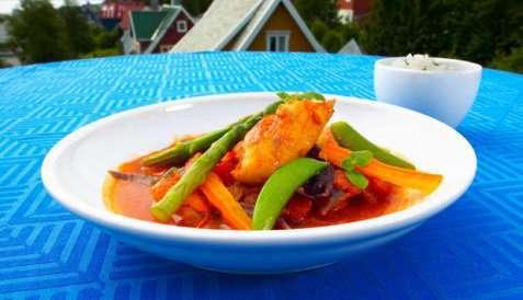 Fisk i gryte med tomat og chili oppskrift.
