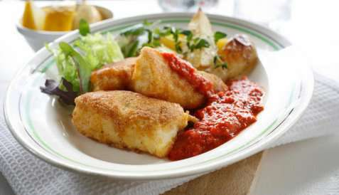 Panert fisk med ovnsstekte poteter oppskrift.