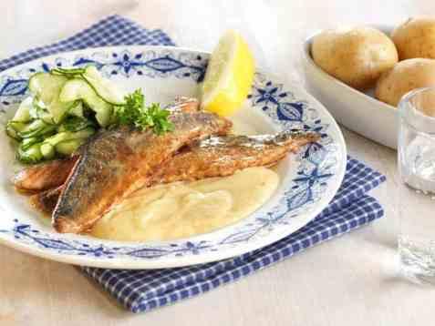 Stekt makrell med rømmesaus oppskrift.