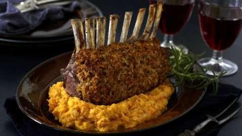 Parmesandekket lammecarré med søtpotetmos oppskrift.