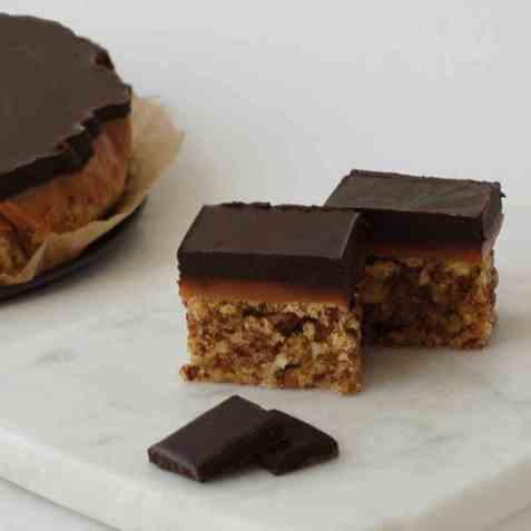 Konfektkake med karamell og sjokoladetopp oppskrift.
