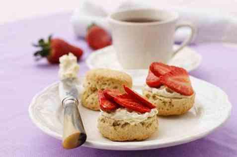 Scones med vaniljekrem og marinerte jordbær oppskrift.