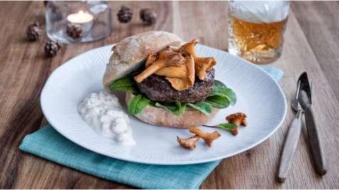 Reinsdyrburger med kantareller og multedressing oppskrift.