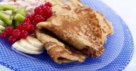 Grove pannekaker med friskt tilbehør oppskrift.