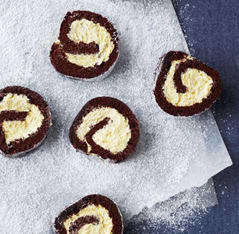 Bilde av Sjokoladerullekake med vaniljemousse.