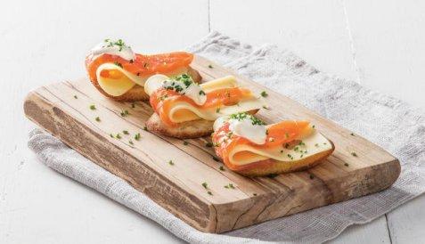 Crostini med røykt laks og ost oppskrift.