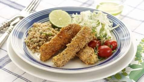 Fiskepinner av laks med kålsalat oppskrift.