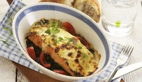 Gratinert varmrøykt laks med spinat oppskrift.