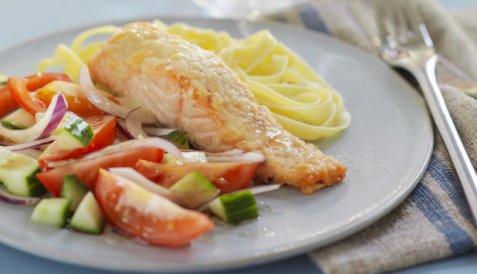 Ovnsbakt laks med parmesanlokk og tomatsalat oppskrift.
