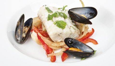 Ovnsbakt sei med grønnsaker og blåskjell oppskrift.