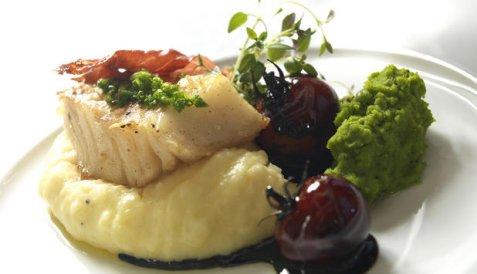 Bilde av T�rrfisk med ertepur� og balsamicotomater.