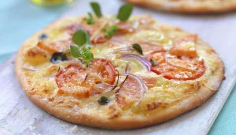 Pizza med røykt ørret og tomat oppskrift.
