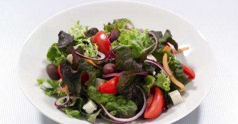 Salat med fetaost og cottage cheese-pesto oppskrift.