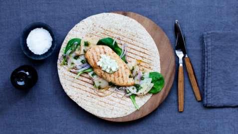 Bilde av Kyllingwrap med spinat og r�dl�ksalsa.