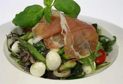 Salat med mozzarellakuler og skinke oppskrift.