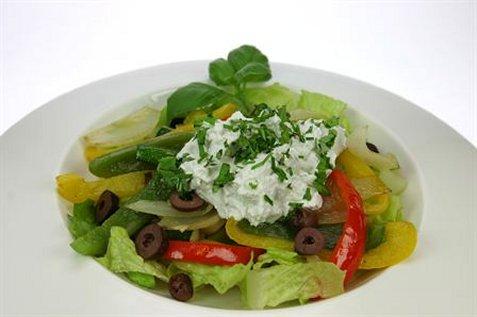 Bilde av Lun salat med geitostkrem.