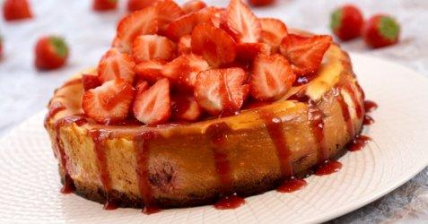 Ostekake med jordbær oppskrift.