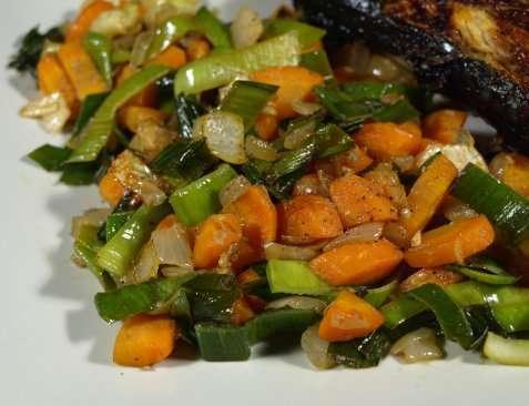 Varm grønnsaksrøre til grillmat oppskrift.