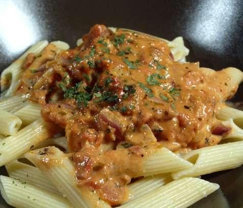 Pasta med tomat-fløte saus oppskrift.