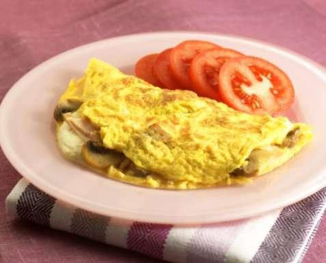 Omelett med røkt kalkun, sjampinjong og mozzarella oppskrift.