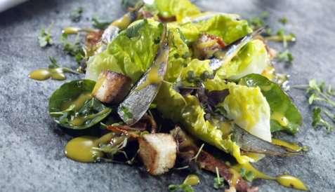 Cæsarsalat med sardiner oppskrift.