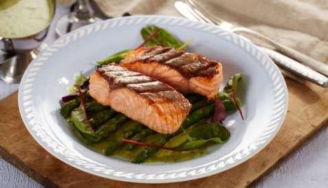Stekt ørret med asparges og kjørvelsaus oppskrift.