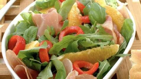 Sommerlig salat med spekeskinke og yoghurtdressing oppskrift.