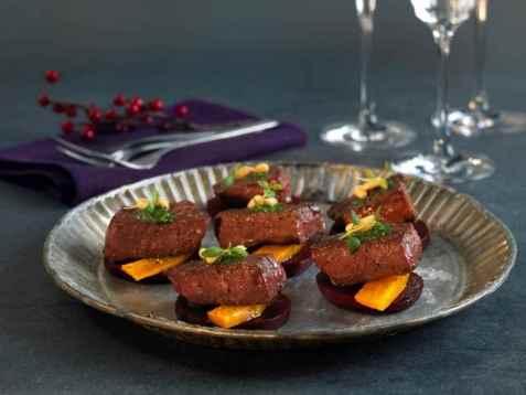 Bilde av Reinsdyrbiff med bakte gr�nnsaker.