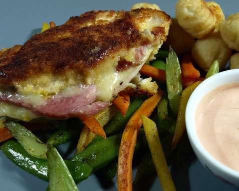 Kyllingfilet med ost og skinke på grønnsaksseng oppskrift.