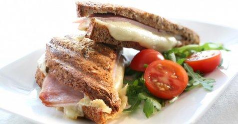 Toast med ost og skinke oppskrift.