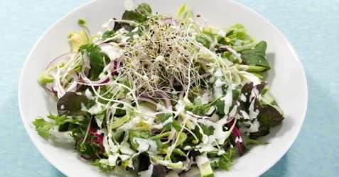 Bilde av Gr�nn salat med avokado, sukkererter og p�redressing.