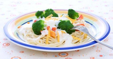 Spaghetti med ostesaus og grønnsaker oppskrift.