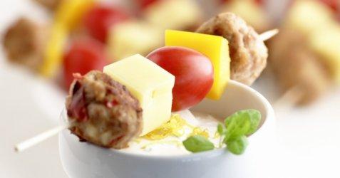Spyd med kyllingkjøttboller og kesamdipp oppskrift.