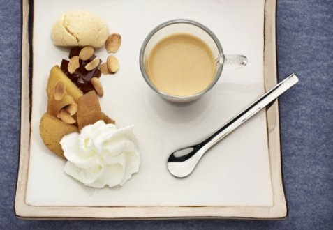 Vanilla coffee dessert with apples and almond macaroons oppskrift.