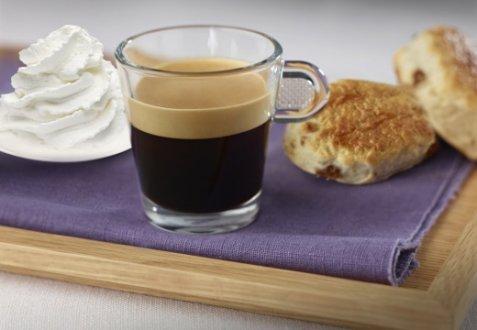 Coffee with whipped cream & raisin scones oppskrift.