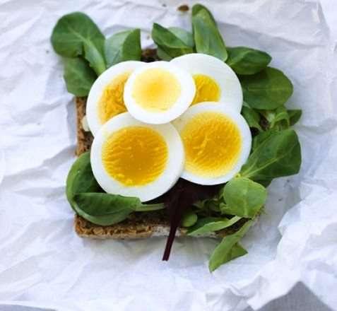 Kokt egg og salat oppskrift.