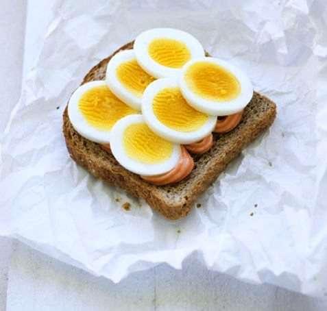 Kokt egg med kaviar oppskrift.