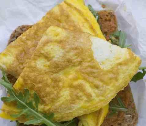 Omelett med tomatpesto og ruccula oppskrift.
