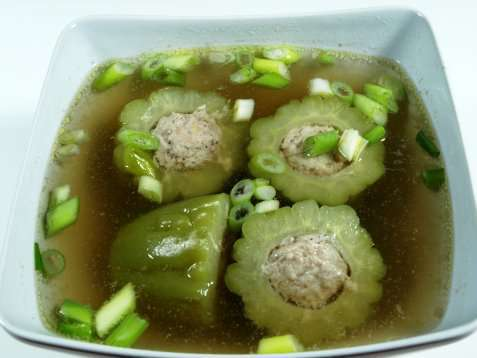 Bitter melon suppe Canh kho qua oppskrift.